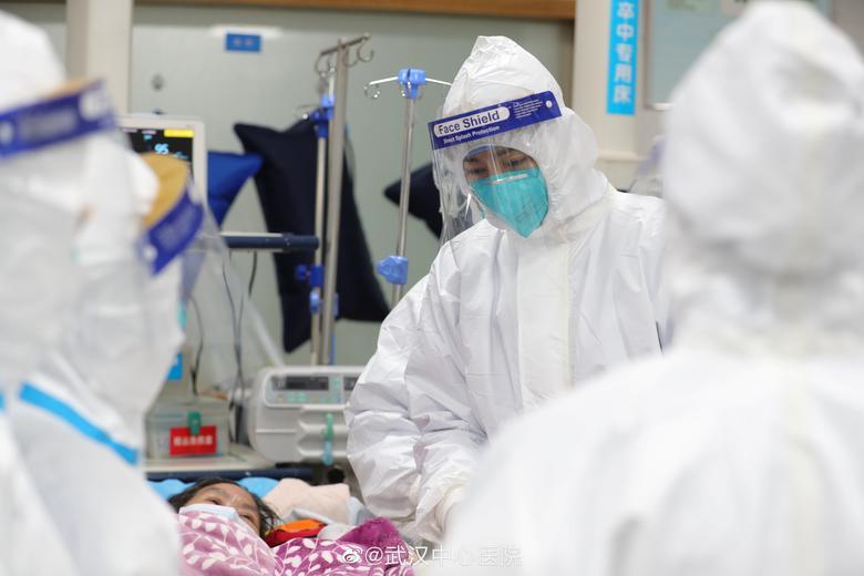 El personal médico del Hospital Central de Wuhan atiende a un paciente, en Wuhan, China. EL HOSPITAL CENTRAL DE WUHAN A TRAVÉS DE WEIBO / vía REUTERS