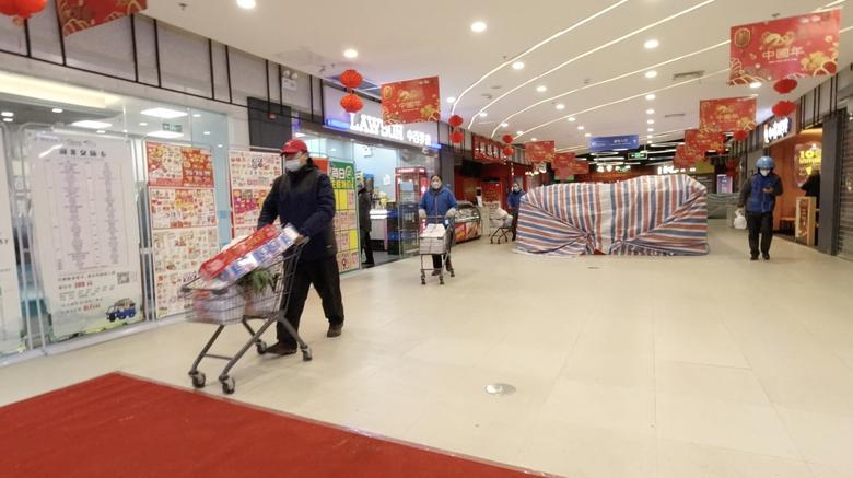 Una vista general dentro de un centro comercial en Wuhan, provincia de Hubei, el 25 de enero. Jovis y Marissa / vía REUTERS