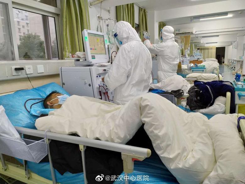 El personal médico atiende a pacientes en el Hospital Central de Wuhan. EL HOSPITAL CENTRAL DE WUHAN A TRAVÉS DE WEIBO / vía REUTERS