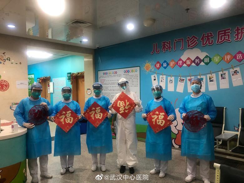 El personal médico del Hospital Central de Wuhan tiene carteles del Año Nuevo Lunar chino, en Wuhan, China.  EL HOSPITAL CENTRAL DE WUHAN A TRAVÉS DE WEIBO / vía REUTERS