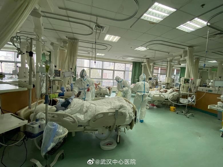 El personal médico atiende a pacientes en el Hospital Central de Wuhan. Unos 2.500 trabajadores médicos más llegarán a Wuhan en los próximos dos días. EL HOSPITAL CENTRAL DE WUHAN A TRAVÉS DE WEIBO / vía REUTERS