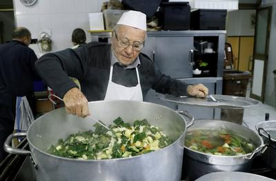 'Chef of the poor' cooks for Rome's homeless