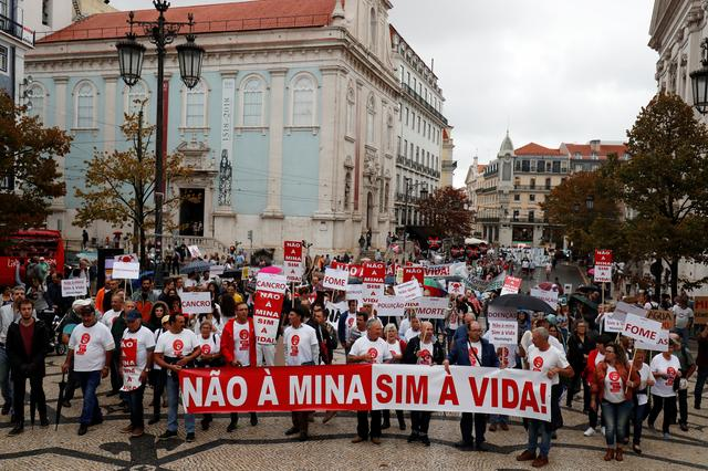 Demonstrators protest against lithium mines in downtown Lisbon, Portugal September 21, 2019. The banner reads ''No to mine, Yes to life''.  REUTERS/Rafael Marchante