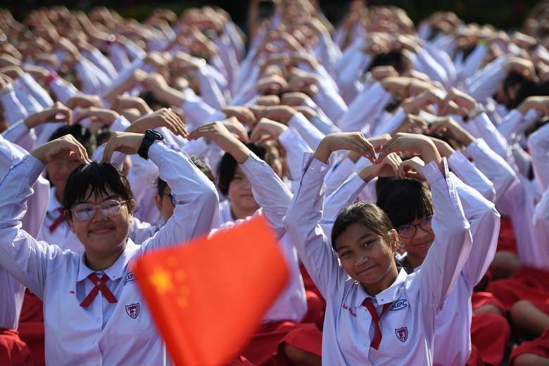 Los estudiantes tailandeses forman un corazón en el Día de San Valentín para mostrar su apoyo a China en su lucha contra el coronavirus en una escuela en Ayutthaya, en las afueras de Bangkok.  REUTERS / Chalinee Thirasupa