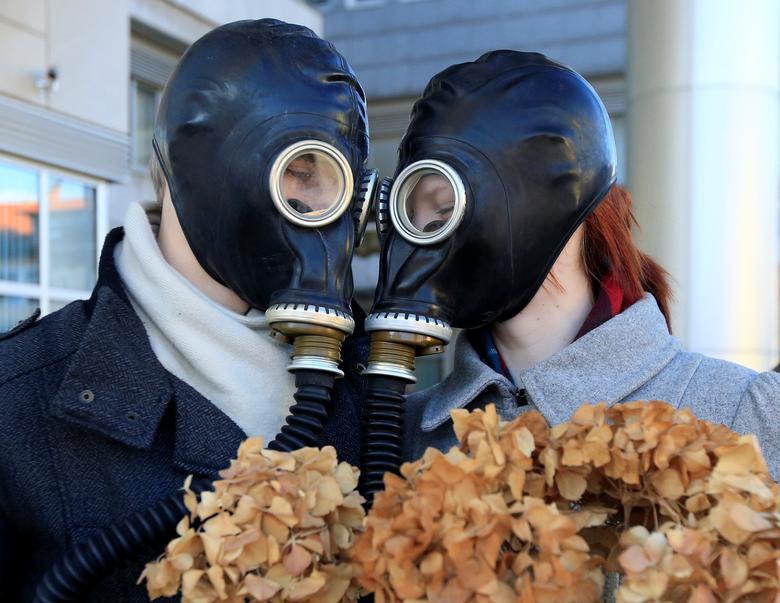 Activistas del movimiento Juventud por la Justicia Climática protestan durante la última actuación del Día de San Valentín contra el plan nacional de energía y clima en Ljubljana, Eslovenia.  REUTERS / Borut Zivulovic