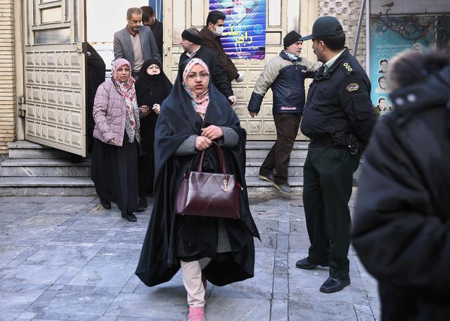 Iranian arrive to vote at a polling station during parliamentary elections in Tehran, Iran February 21, 2020. Nazanin Tabatabaee/WANA (West Asia News Agency) via REUTERS