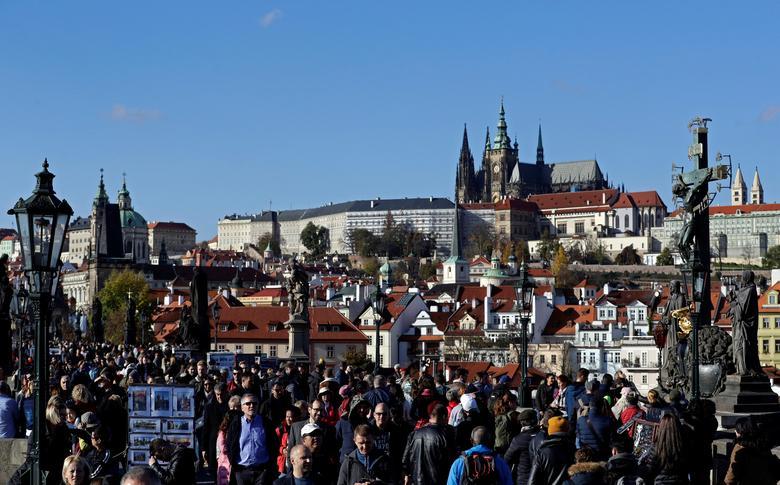 ДО: Туристы идут по средневековому Карлову мосту в Праге, Чехия, 7 ноября 2019 года. REUTERS / David W Cerny