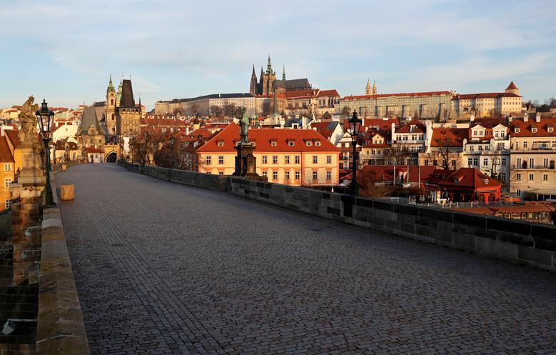 ПОСЛЕ: В Праге виден пустой средневековый Карлов мост, поскольку чешское правительство ограничивает движение людей, чтобы замедлить распространение коронавируса, Чешская Республика, 16 марта 2020 года. REUTERS / David W Cerny