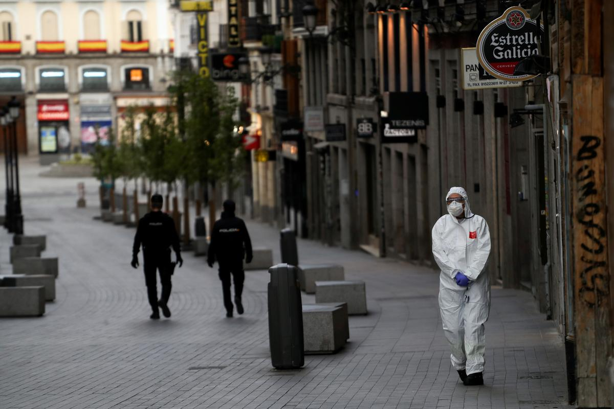 Spain lauds the medics on the front line of coronavirus crisis