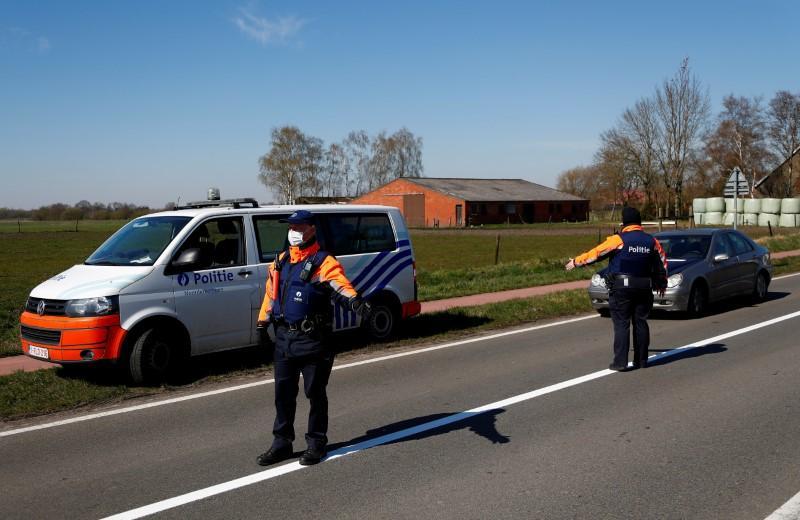 Dutch-Belgian border village left half open, half shut by virus