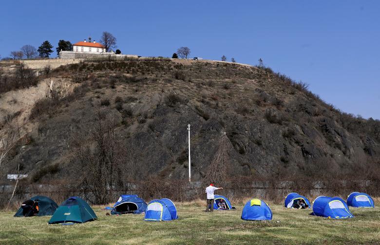 Homens sem-teto montam tendas fornecidas pela organização de caridade Caritas da República Tcheca para impedir a propagação da doença por coronavírus em Praga, República Tcheca, em 27 de março de 2020. REUTERS / David W Cerny
