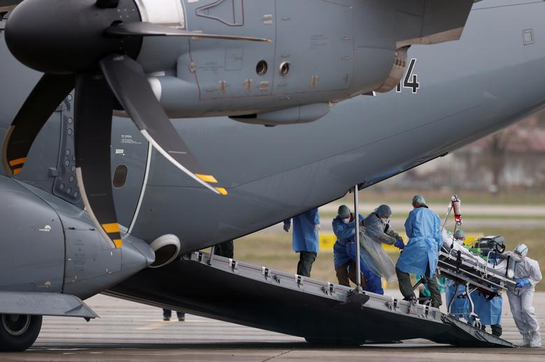 Пациент, зараженный коронавирусом, перевозится на носилках в немецкий военный самолет A400M во время операции по пересадке из Страсбурга в Ульм в Германии, Франция, 29 марта 2020 года. REUTERS / Christian Hartmann