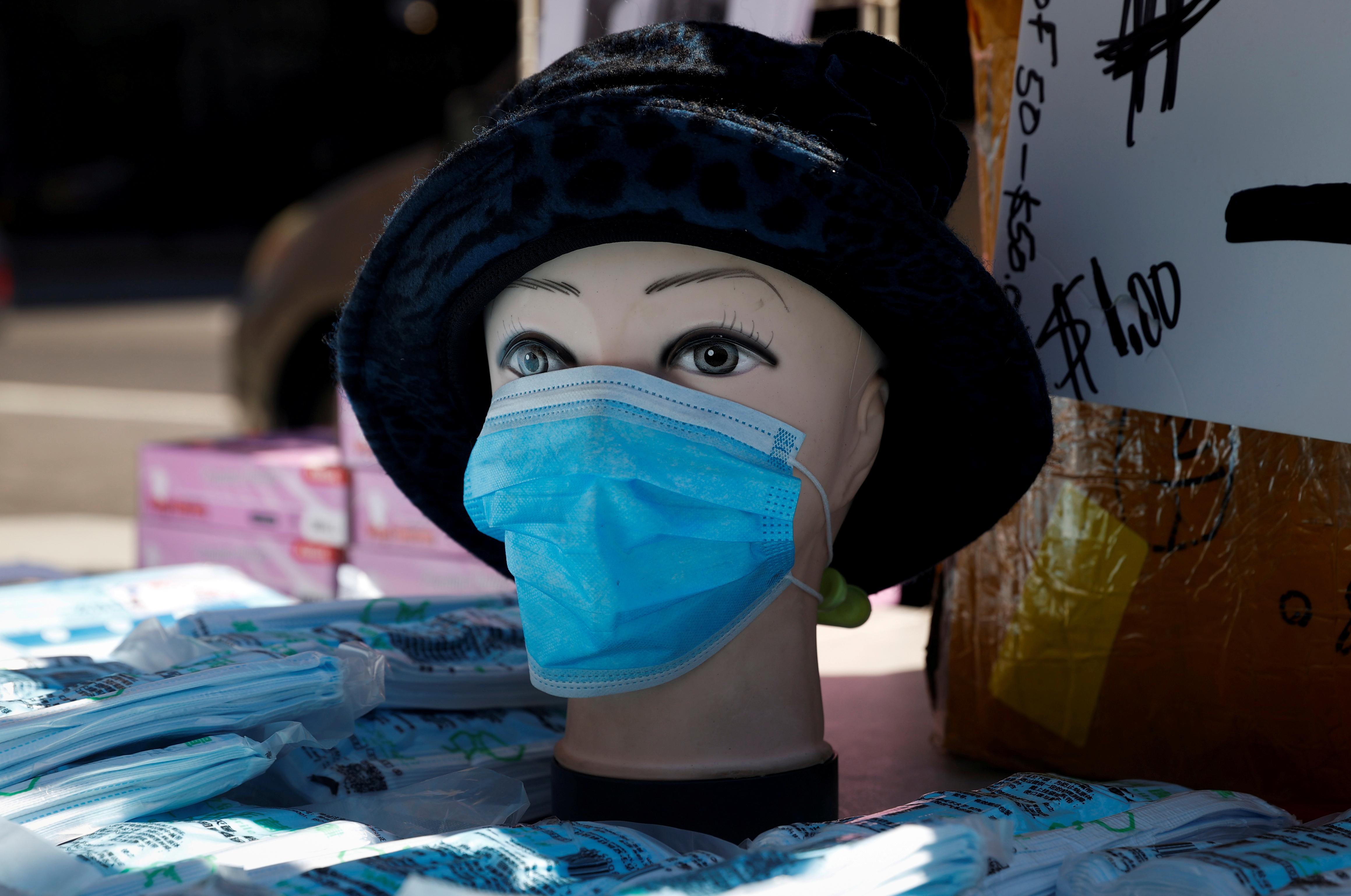 """Les responsables de la santé américains envisagent des masques pour que les Américains ralentissent le coronavirus, mais """" pas encore là ''"""