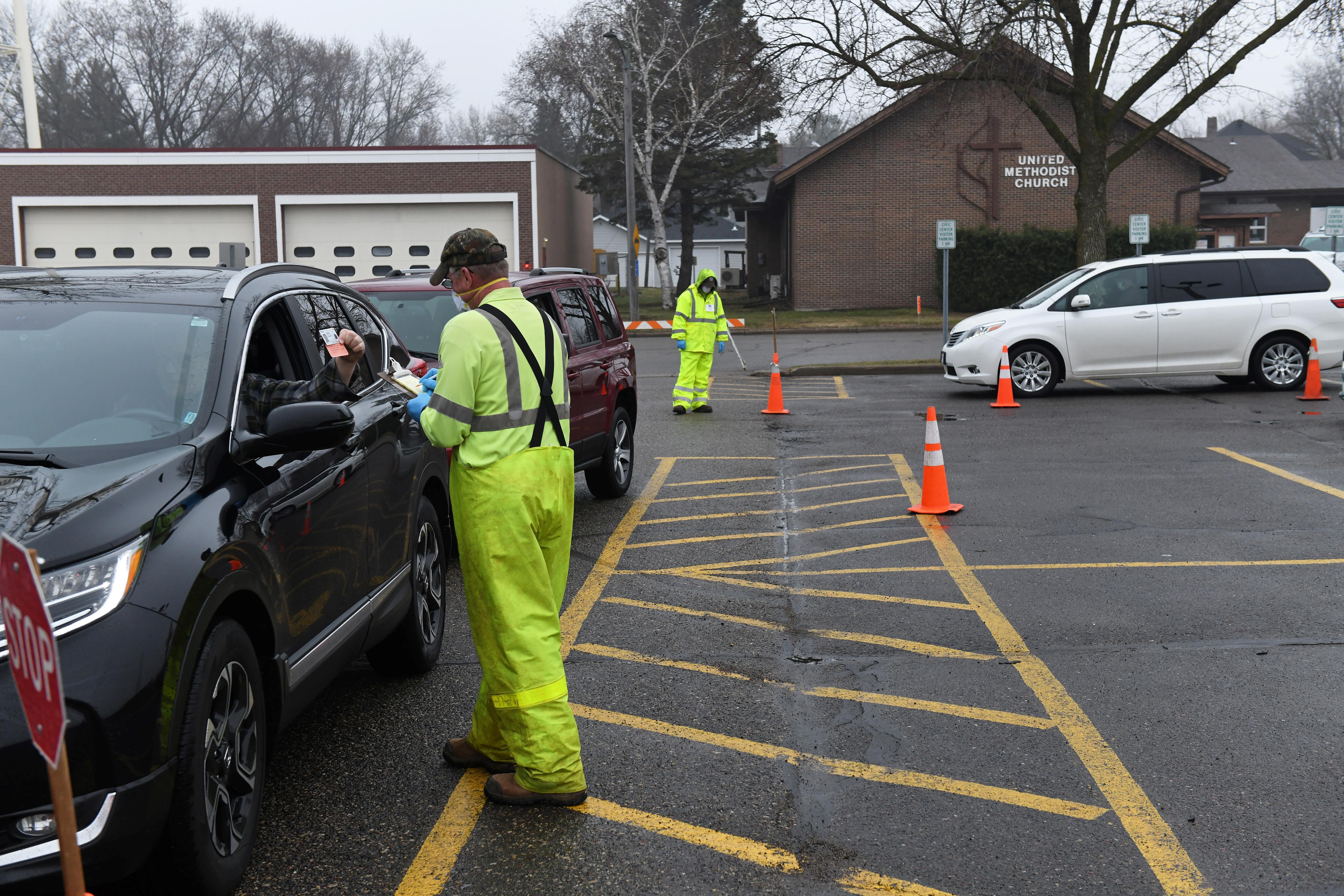 Longues lignes et frustration pendant que les Wisconsinites votent pendant la pandémie de coronavirus