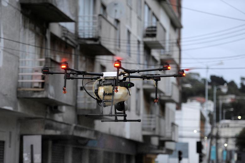 Дрон используется для выпуска дезинфицирующего средства на улицы во время вспышки коронавирусной болезни (COVID-19) в Талькауано, Чили, 21 марта 2020 года. РЕЙТЕР / Хосе Луис Сааведра