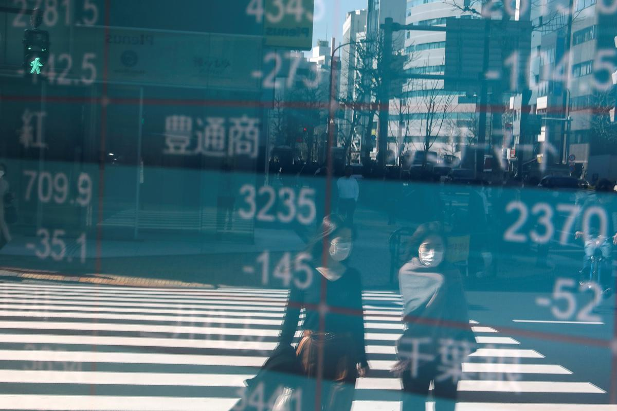 Asian shares make cautious gains, capped by fresh oil woes