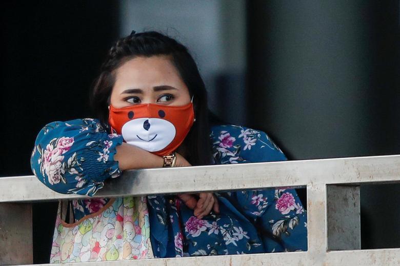 Жінка носить захисну маску для обличчя під час поїздки на човні по річці Чао Прайя в Бангкоку, Таїланд, 15 квітня 2020 року. РЕЙТЕР / Хорхе Сільва