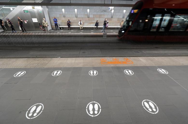 Кола на землі показують, де стояти на трамвайній платформі в Ніцці, Франція, 6 травня. РЕЙТЕР / Ерік Гайяр
