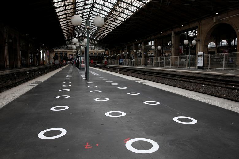 Пластикові кола на землі, що вказують, де стояти на вокзалі Гар дю Нор в Парижі, Франція, 5 травня. РЕЙТЕР / Бенуа Тессі