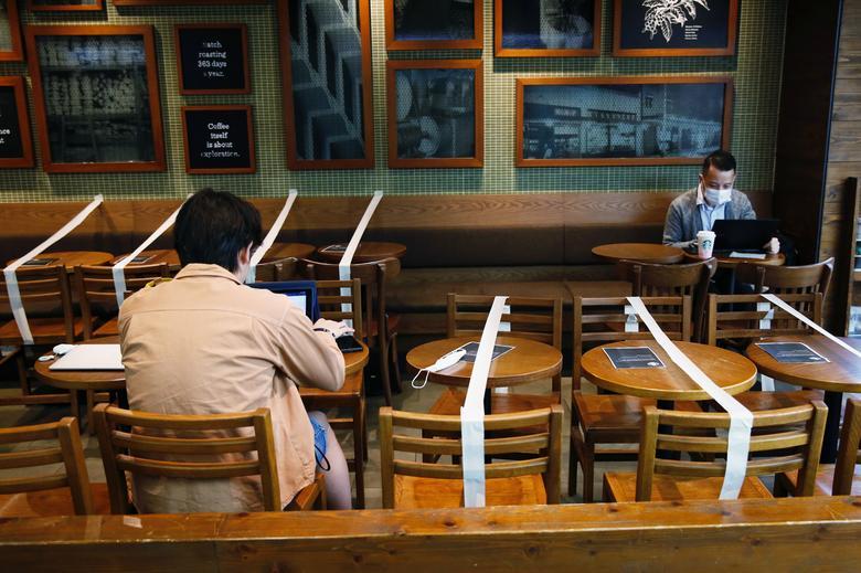 Столи і стільці обмотані стрічкою, щоб підтримувати соціальну дистанцію в кав'ярні Starbucks в Гонконзі, 2 квітня. REUTERS / Tyrone Siu