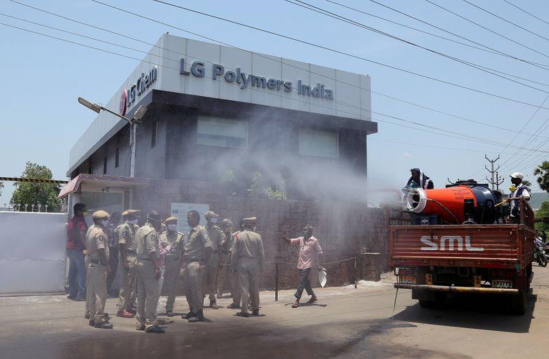 متظاهرون يطالبون بإغلاق مصنع إل.جي بوليمرز في الهند بعد تسرب غاز سام - Reuters