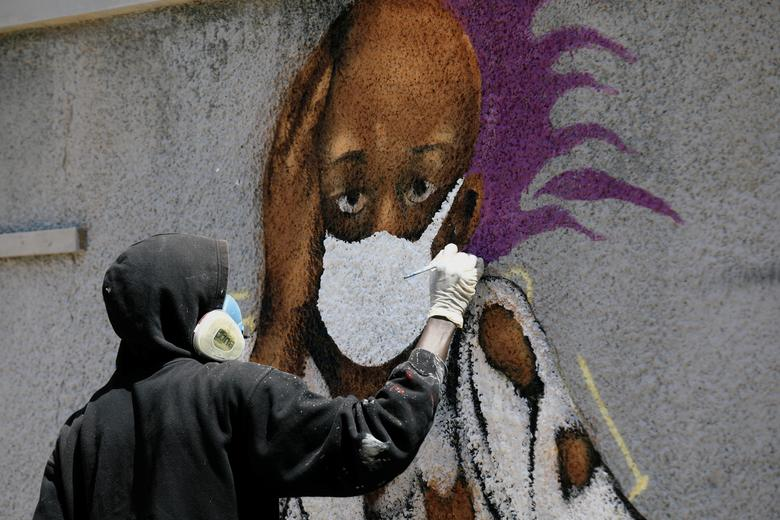 Серинье Бойе, он же Зевс, художник по граффити из команды RBS, работает над своей росписью в Дакаре, Сенегал, 25 марта. REUTERS / Zohra Bensemra