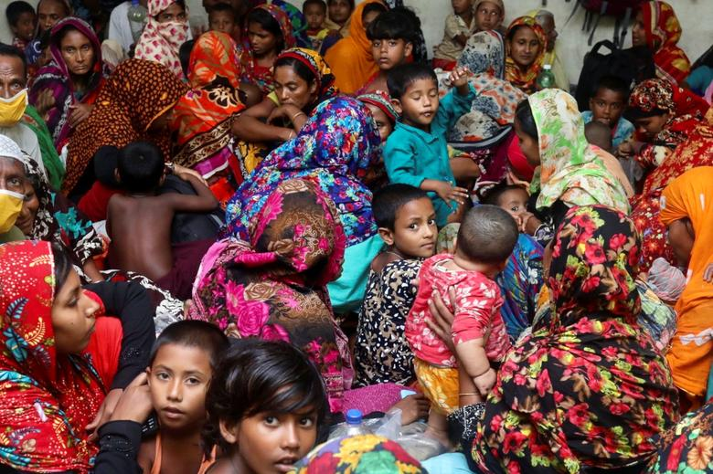 Люди собираются в Циклонном Центре защиты до того, как Циклон Ампхан высадится на берег, в Габуре на окраине района Сатхира, Бангладеш, 20 мая. РЕЙТЕР / Стрингер