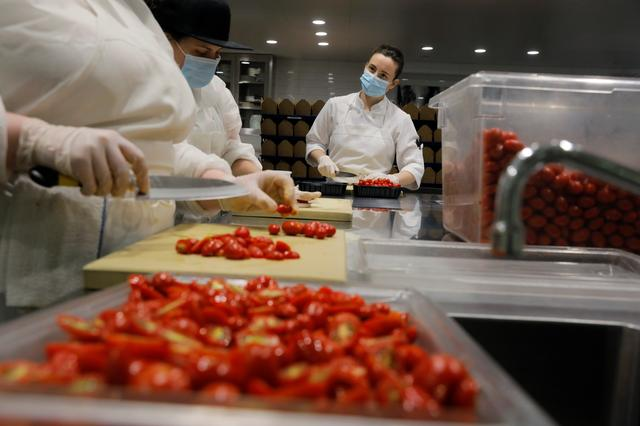 Kitchen staff work to create food donation boxes to give to needy families in the kitchen of Michelin starred restaurant Eleven Madison Park as the outbreak of the coronavirus disease (COVID19) continues in the Manhattan borough of New York, U.S., May 20, 2020.  Picture taken May 20, 2020. REUTERS/Lucas Jackson