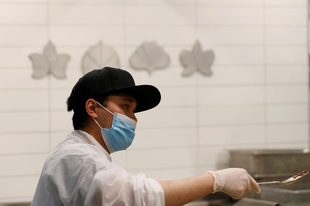 Kitchen staff work to create food to donate to needy families in the kitchen of Michelin starred restaurant Eleven Madison Park as the outbreak of the coronavirus disease (COVID19) continues in the Manhattan borough of New York, U.S., May 20, 2020.  Picture taken May 20, 2020. REUTERS/Lucas Jackson