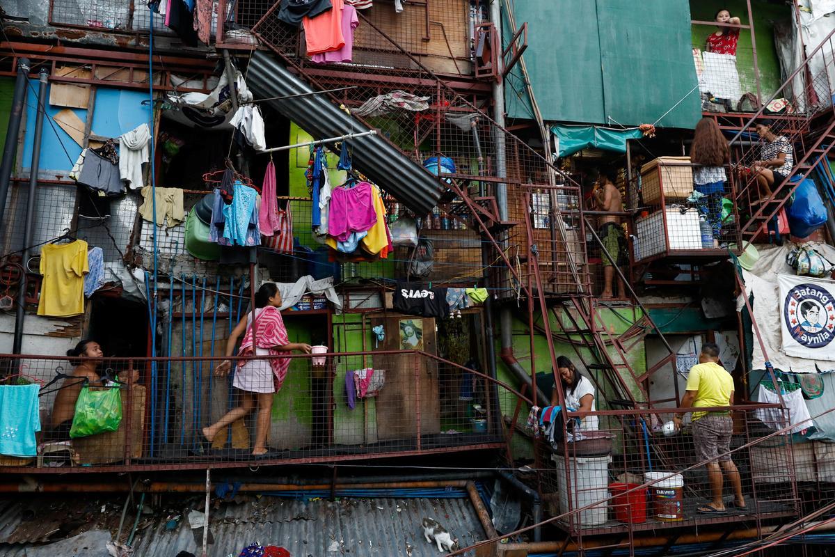 In Philippine slums, heat, hunger take a toll under lockdown