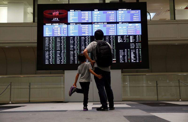 Borsa Tokyo chiude a massimi 3 mesi su ricoperture speculative