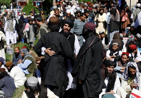 Afghanistan begins freeing 900 Taliban prisoners