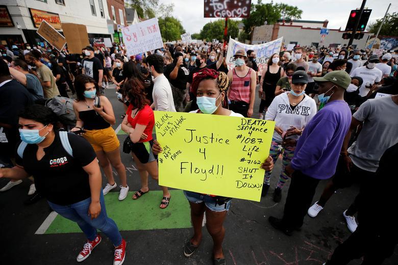 Protestocular George Floyd'un 26 Mayıs Minneapolis'teki hastanede ölmeden önce boynunda diz çökmüş bir polis memuru tarafından tutturulduğu sahnede toplanıyor. REUTERS / Eric Miller