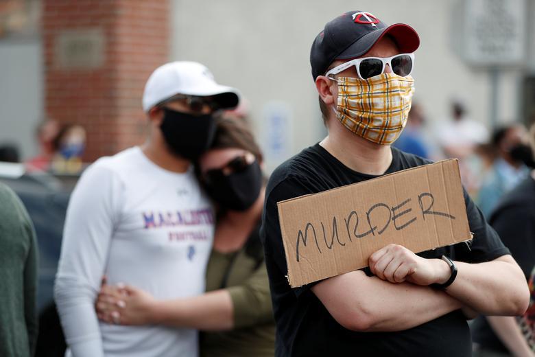 Protestocular silahsız bir siyah adam olan George Floyd'un 26 Mayıs Minneapolis'teki hastanede ölmeden önce boynunda diz çökmüş bir polis memuru tarafından tutturulduğu sahnede toplanıyor. REUTERS / Eric Miller