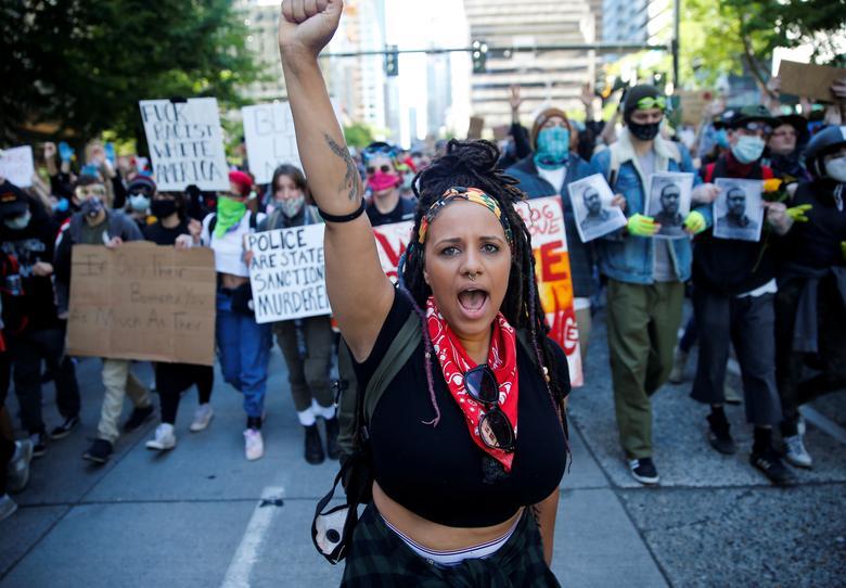 Rashyla Levitt, 1 Haziran Seattle, Washington'da binin üzerinde barışçıl protesto gösterisine yardım ediyor. REUTERS / Lindsey Wasson