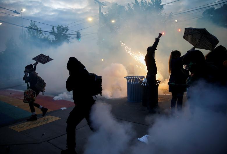 Protestocular 1 Haziran'da Seattle, Washington'da Seattle polisi tarafından göz yaşartıcı gaz, biber gazı ve flash-bang cihazları konuşlandırıldıkça dağılıyor. REUTERS / Lindsey Wasson