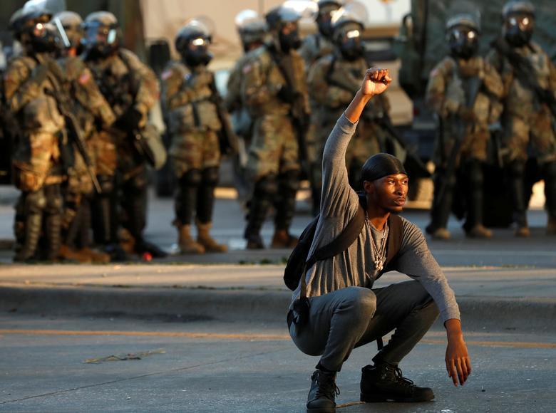 29 Mayıs 2020, Minneapolis, Minnesota'da bir protesto sırasında bir gösterici jestleri. REUTERS / Lucas Jackson