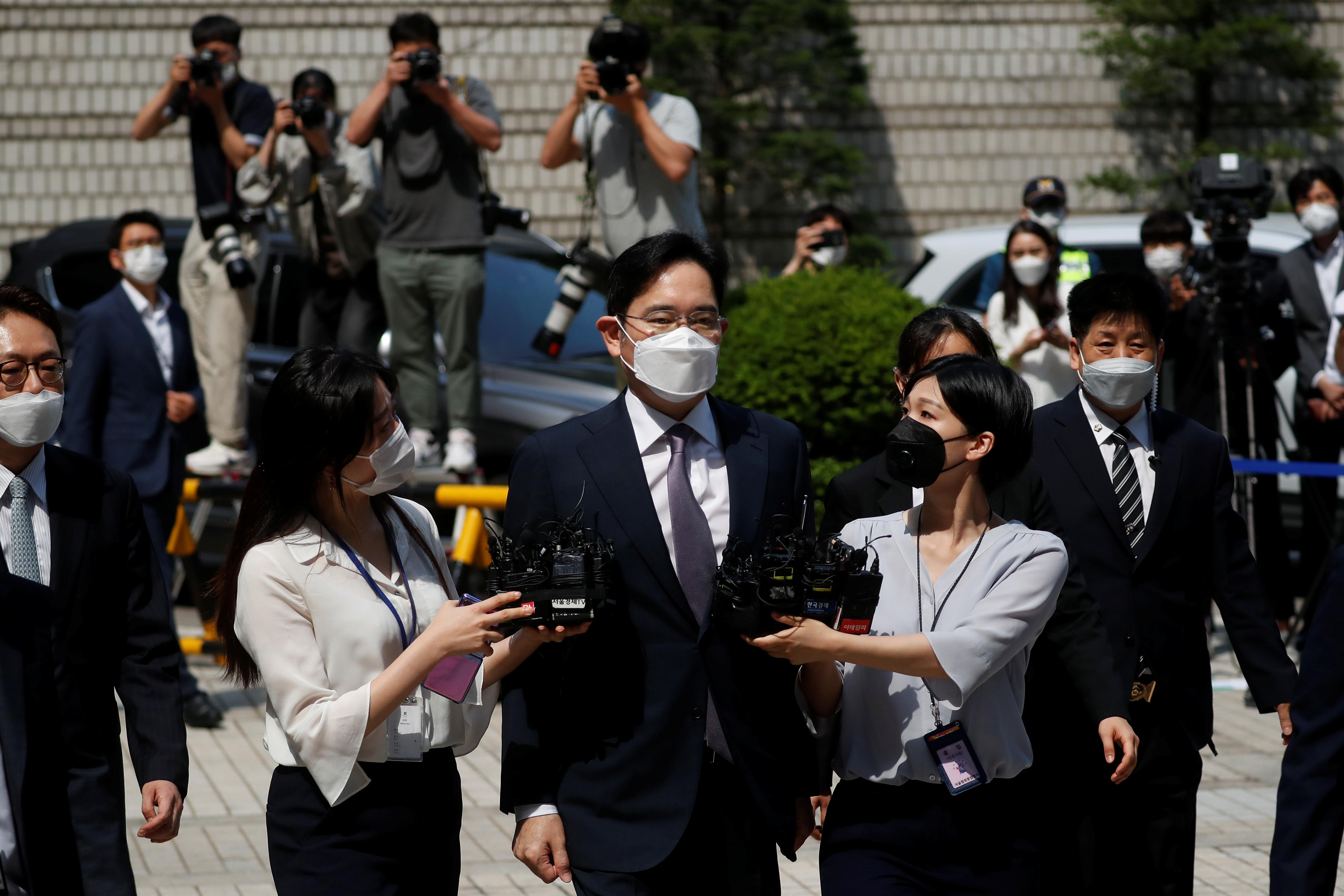Samsung leader appears in court, waits to hear if he'll be jailed again 2