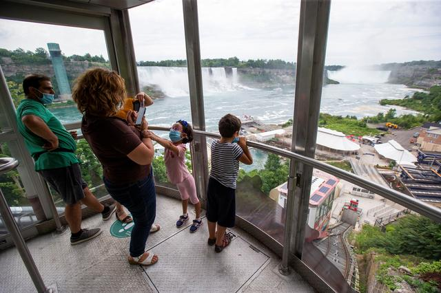Social Distancing Canadians Eye New Sight At Niagara Falls Crowds Of Americans Reuters