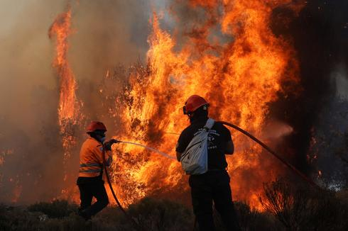 Greek firefighters battle raging forest fire