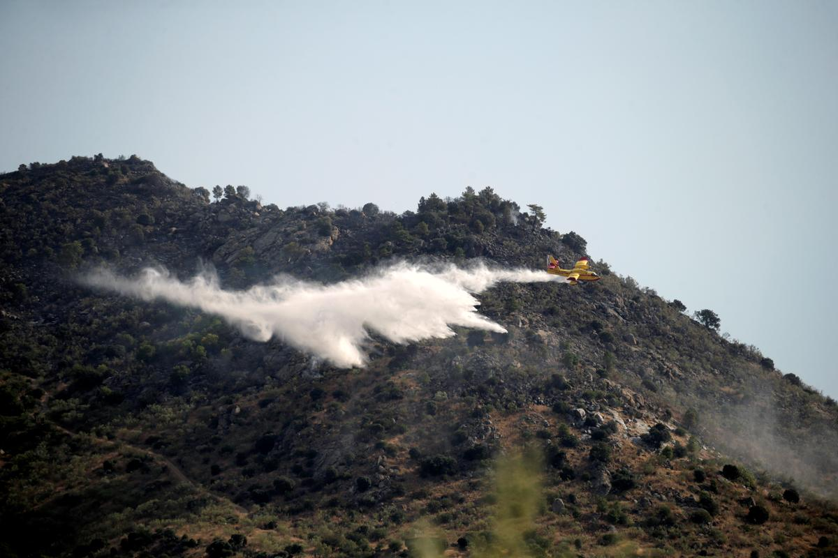 Firefighters, troops battle forest fire outside Madrid