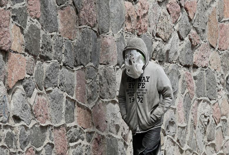 A man uses aplasticbagas a face mask as he walks in a street in Kyiv, Ukraine July 31, 2020. REUTERS/Gleb Garanich
