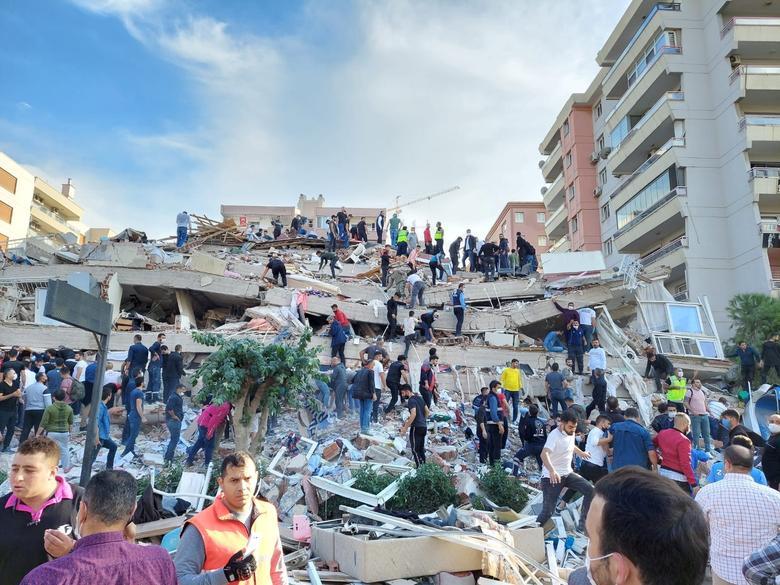 Los lugareños y funcionarios buscan sobrevivientes en un edificio derrumbado después de un fuerte terremoto, en la provincia costera de Izmir, Turquía, el 30 de octubre. REUTERS / Tuncay Dersinlioglu