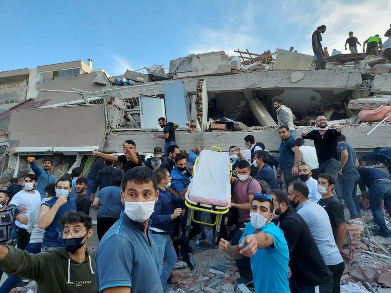 Locals and officials search for survivors at a collapsed building after a strong earthquake, in the coastal province of Izmir, Turkey, October 30. REUTERS/Tuncay Dersinlioglu