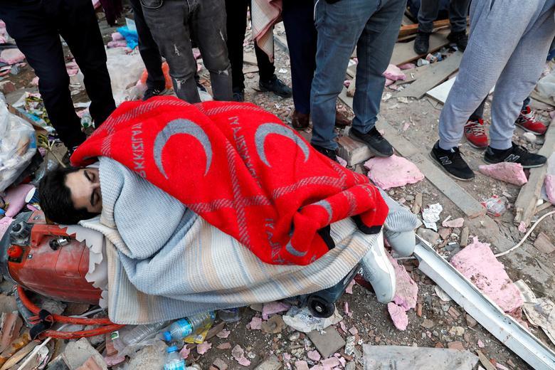 1 Kasım 2020, Türkiye'nin Ege liman kenti İzmir'de kurtarma operasyonları devam ederken depremzedeye battaniyeler örtülüyor. REUTERS / Murad Sezer