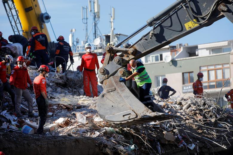 1 Kasım 2020, Türkiye'nin kıyı ili İzmir'de Ege Denizi'nde meydana gelen depremin ardından sahada kurtarma operasyonları gerçekleştirildi. REUTERS / Kemal Aslan