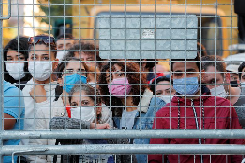 Türkiye'nin kıyı ili İzmir'de Ege Denizi'nde meydana gelen depremin ardından bir sahada kurtarma operasyonlarının gerçekleştirilmesini izleyenler, 1 Kasım 2020 REUTERS / Murad Sezer