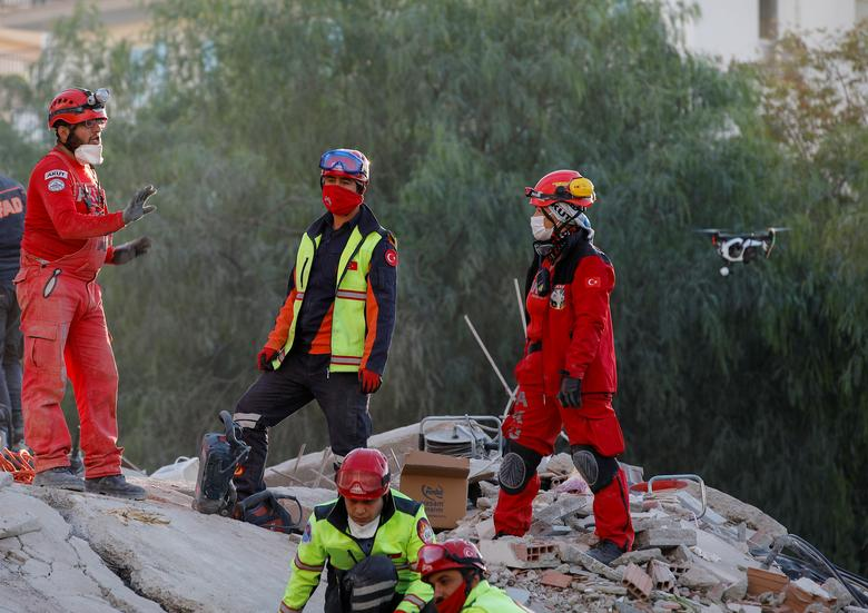 Türkiye'nin kıyı ili İzmir'de Ege Denizi'nde meydana gelen depremin ardından sahada kurtarma operasyonları düzenlendiği görülüyor, 1 Kasım 2020. REUTERS / Kemal Aslan