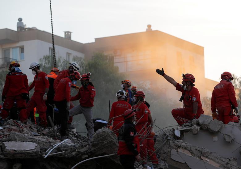 1 Kasım 2020, Türkiye'nin kıyı ili İzmir'de Ege Denizi'nde meydana gelen deprem sonrasında bir sahada kurtarma operasyonları gerçekleştirildi. REUTERS / Murad Sezer