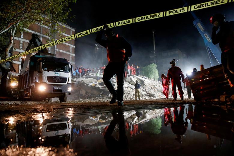 Kurtarma operasyonları, Ege Denizi'nde meydana gelen depremde, İzmir'in kıyı ilinde, 1 Kasım'da polis tarafından emniyet altına alınan bir alanda gerçekleştiriliyor. REUTERS / Kemal Aslan & nbsp;